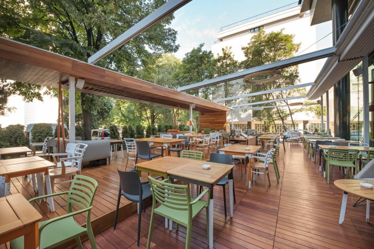 Le brumisateur extérieur pour terrasse: l'indispensable des cafés et restaurants cet été