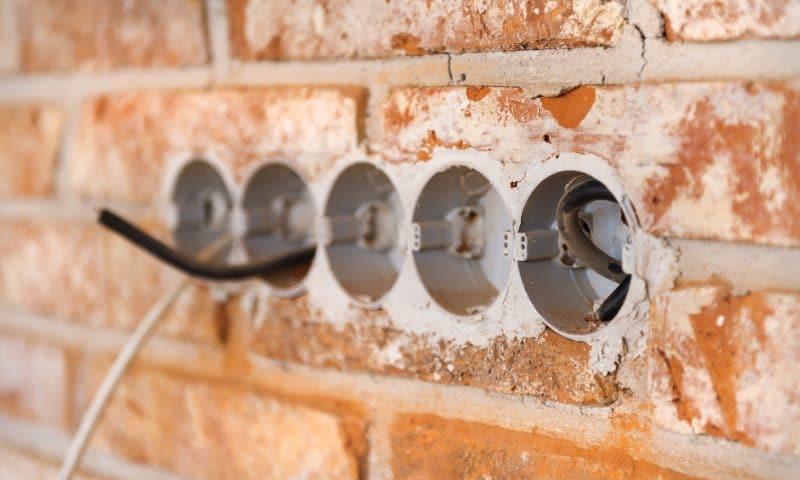 Comment installer des plinthes électriques dans un sous-sol