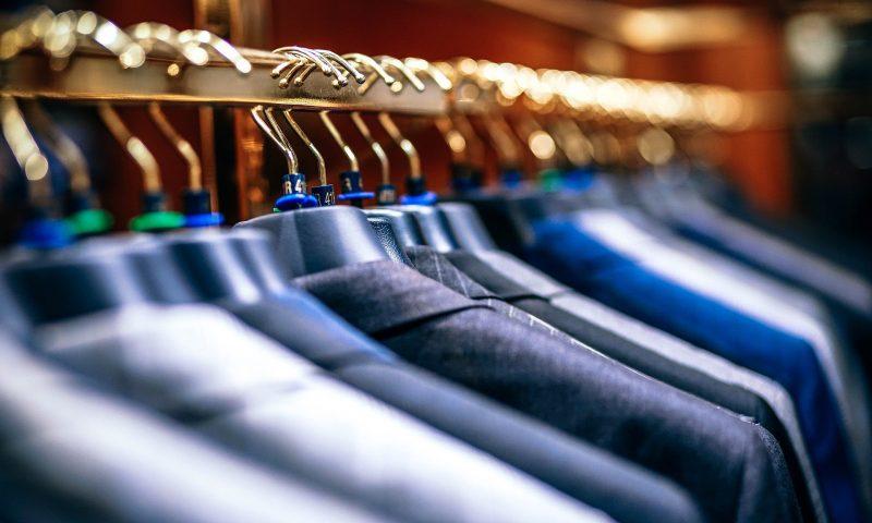Comment optimiser le rangement dans son dressing avec les cintres gain de place pour chemise